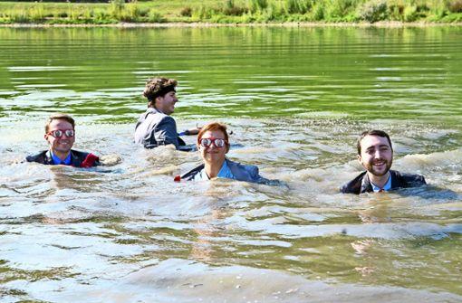 Im Anzug sind die Mitglieder ins Wasser gesprungen. Foto: Lichtgut/Willikonsky