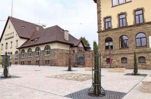 Auf dem neu gestalteten Altenburgplatz ist keine Kunststele   – wie auf dem linken Foto zu sehen – realisiert. Foto: Iris Frey