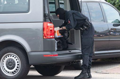 Polizisten und GSG 9 durchsuchen Wohnungen von zwei Familien