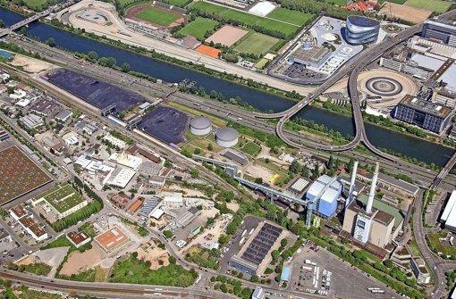 An der B 10 in Gaisburg werden die Kohlehalden überflüssig, weil das Kraftwerk (im blauen Gebäude) durch ein Gas-Heizwerk auf dem Gelände Richtung der Öltanks ersetzt wird. Die Tanks bleiben als Reserve. Auch das seit Jahren stillgelegte alte Kraftwerk (Gebäude mit Schlot und grünem Dach) könnte abgerissen werden Foto: EnBW/Maier-Gerber