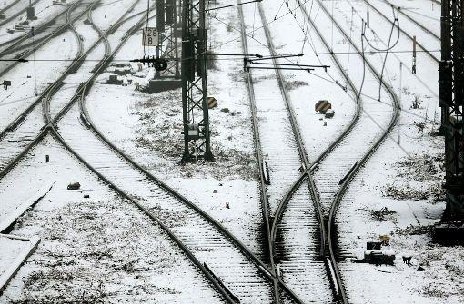 Schneemann auf Gleisen bremst Zug aus