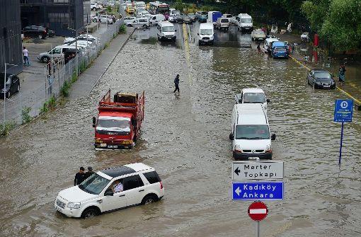 Starke Überschwemmungen sorgen für Verkehrschaos