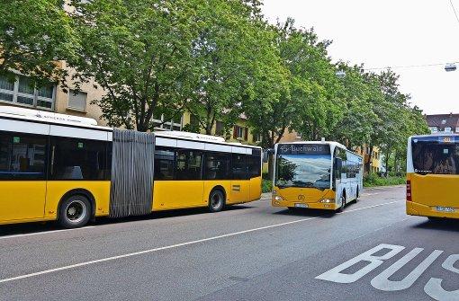An den Bushaltestellen an der Ostendstraße ist immer viel Verkehr – die Waldebene Ost bleibt aber von hier aus unerreichbar. Foto: Jürgen Brand