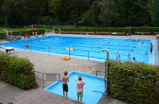bPlatz 9/bbr Das bMTV-Freibad/b in Botnang (Furtwänglerstr. 145-147) ist zwar ein Vereinsbad, aber jeder kann hier baden. Es gibt ein Baby- und ein 25-Meter-Becken mit Ein-Meter-Sprungbrett. Im Vergleich zum recht kleinen Swimming-Pool wirkt der Sportbereich überdimensional. Es gibt zwei Fußballfelder, einen Basketballplatz und ein Beachvolleyball-Feld. Hier geht es zum a href=http://www.mtv-stuttgart.de/freibadMTV-Freibad/a Foto: Belser