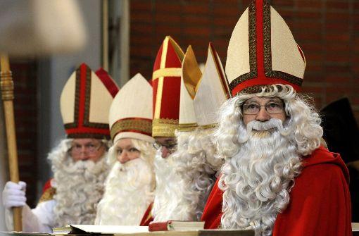 Wer ist nun der echte Nikolaus? Der in Bari, der in Demre – oder einer dieser Herren? Foto: AP