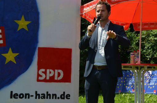 Leon Hahn macht Wahlkampf mit Chatrobotern – stellt sich aber auch, wie auf dem Bild zu sehen, ganz konventionell den Wählern. Foto: Privat