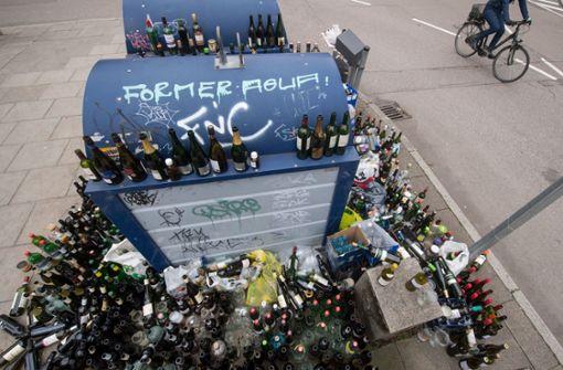 Das Ärgernis überfüllte Altglascontainer hält in der Landeshauptstadt an. Foto: dpa
