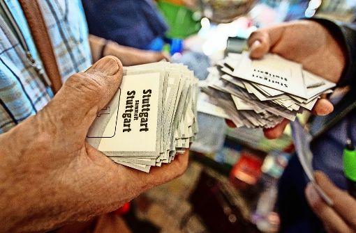 Zu Sammelbörsen kommen Panini-Fans mit stapelweise  Stickern. Foto: Lichtgut/Piechowski