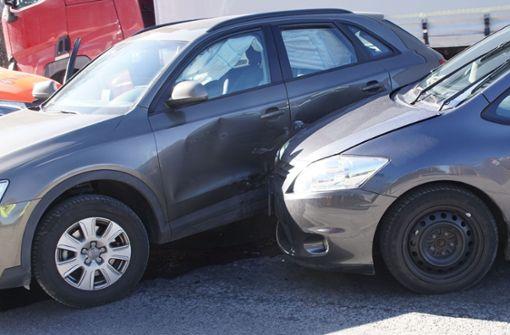 Beide Autos mussten nach dem Unfall abgeschleppt werden. Foto: SDMG