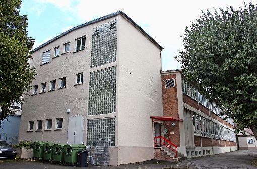 """In ein Backsteingebäude  auf einem Gewerbeareal an der  Schwieberdinger Straße ist inzwischen die """"Universalkirche vom Reich Gottes"""" gezogen. Foto: Georg Friedel"""