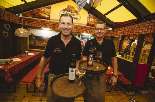 Die beiden Kellner Dietmar Seybold (links) und Uli Preu in der Laube von Helli Schmieg. Foto: Lichtgut/Leif Piechowski