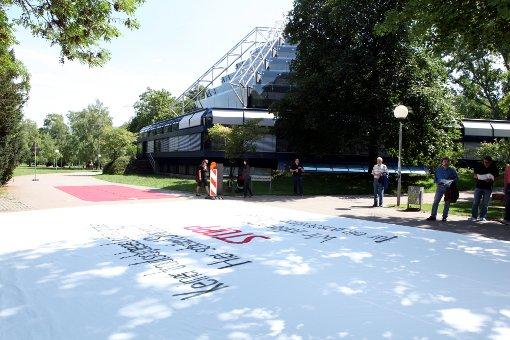 Parkschützer rollen Plakat aus