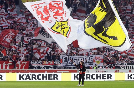 Conner Sullivan schwenkt die VfB-Fahne