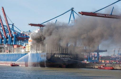 Löscharbeiten auf dem Schiff dauern an