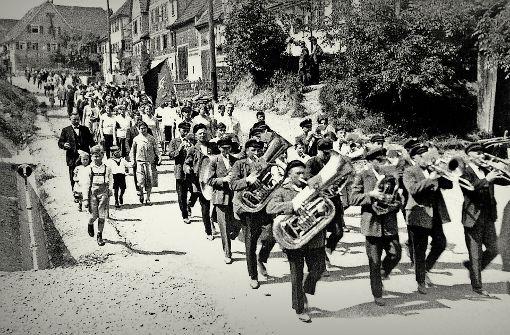 Beim Umzug der Arbeitervereine und Linksparteien wurde noch im Jahr 1930 eine Fahne mit Hammer und Sichel durch die Straßen Ruits getragen. Foto: Repro:   Horst Rudel