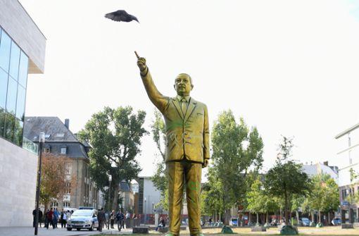 Kunstaktion: Eine goldene Statue des türkischen Staatspräsidenten Recep Tayyip Erdogan sorgt für Diskussionen in Wiesbaden. Foto: dpa
