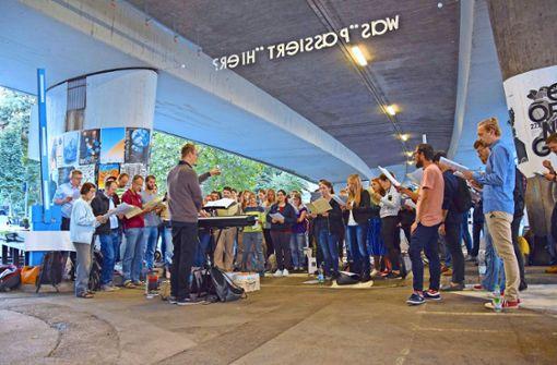 Der Musikpädagoge Arnd Pohlmann (grauer Pullover) lockt zum entspannten Singen auf den Österreichischen Platz. Foto: Petra Mostbacher-Dix