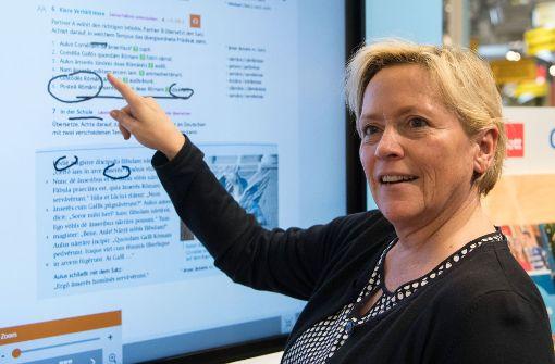 Susanne Eisenmann informiert sich über moderne Bildungsmedien. Foto: dpa