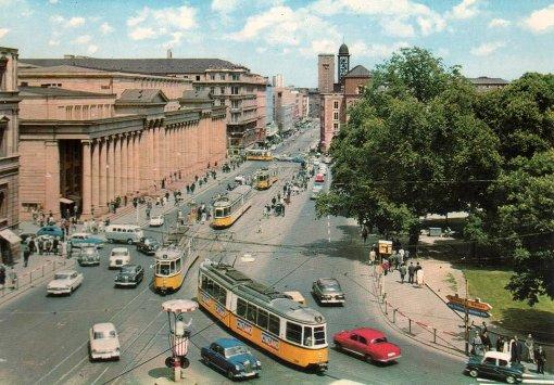 2: Postkarten aus den 1960ern: Noch teilen sich Straßenbahnen, Autos und Fußgänger die Königstraße – ein Polizist regelt aus erhöhter Position den Verkehr  Foto: Ekbiw  Wi