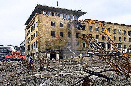Im August 2000 wird das alte Termin 3  des Stuttgarter Flughafens abgerissen.  Foto: Kraufmann