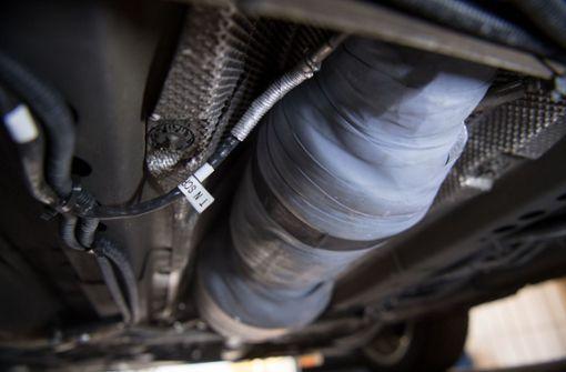 Ein nachgerüsteter SCR-Katalysator ist am Unterboden eines umgerüsteten Opel Astra. Foto: dpa
