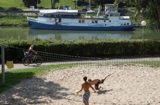 """""""Copacabana-Feeling"""" holen sich echte Stuttgarter am Stadtstrand. Der Neckar fließt zwar nicht direkt durch Stuttgarts Mitte, doch Relaxen am Neckarufer in Bad Cannstatt ist ebenso schön. Ein kühles Getränk, etwas Leckeres vom Grill und mehrere Tonnen Sand sorgen hier zwischen schattigen Bäumen für Urlaubsfeeling.  Foto: dpa"""