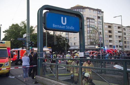 Auto fährt Treppe zur U-Bahn hinunter