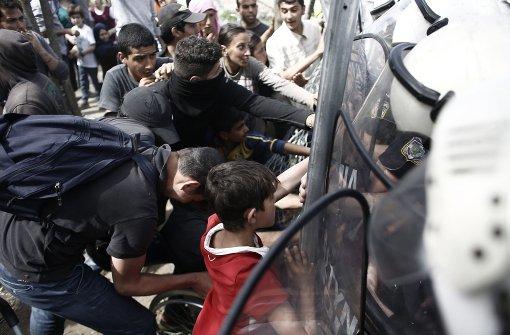 Tränengas und Blendgranaten gegen Flüchtlinge