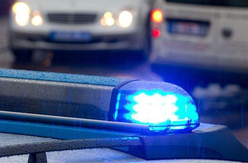 Pkw-Fahrer drückt Fußgänger gegen Hauswand