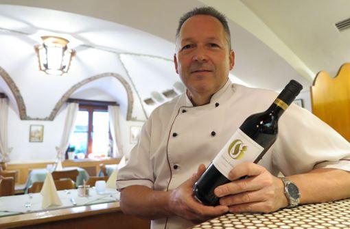 Zufriedener ohne Mittagstischangebot: Seit 30 Jahren betreibt Frank Wurm das Restaurant Goldenes Fässle. Zum runden Geburtstag hat er extra einen eigenen Wein abfüllen lassen. Foto: Waldow