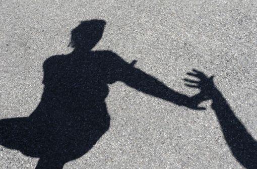 Der unbekannte Täter berührte die Frau unsittlich und flüchtete danach. (Symbolbild) Foto: dpa