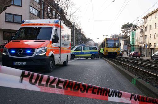 Fußgänger von Stadtbahn erfasst und lebensgefährlich verletzt