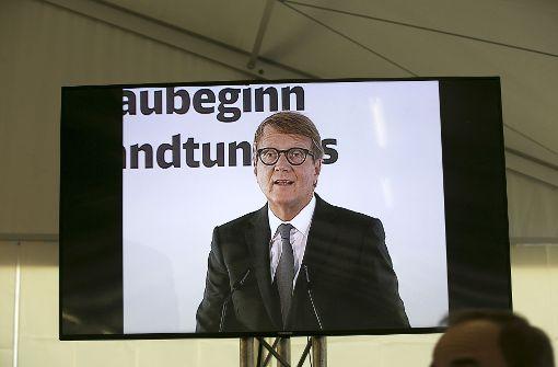Roland Pofalla weist auf die Bedeutung des Tunnels hin.  Foto: Horst Rudel