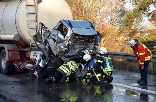 Der schwere Verkehrsunfall auf der A5 nahe dem Autobahnkreuz Walldorf in Baden-Württemberg hat eine Familie in den Tod gerissen. Foto: dpa