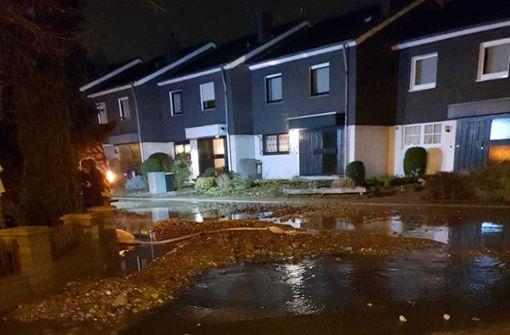 Die Wassermassen verteilten Schotter, Kies und Sand mehrere Hundert Meter die Straße entlang. Foto: Feuerwehr Mülheim an der Ruhr