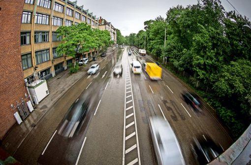Zwischen Heilmannstraße und Neckartor geben Autofahrer in Richtung City (rechte Fahrbahn) oft kräftig Gas. Nicht weit davon ist die Luftmessstelle (unten links). Foto: Lichtgut/Leif Piechowski