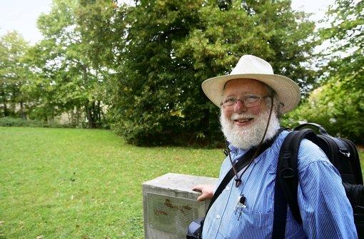 Karl Stephan Quadt beschäftigt mit einem seiner aktuellen Lieblingsanliegen: der Suche nach Plätzen für neue Taubentürme. Foto: Achim Zweygarth