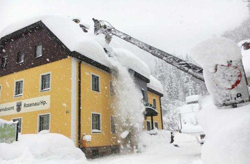 Die Schneemassen müssen von Häuserdächern entfernt werden, um das Einstürzen zu verhindern. Foto: FF-KREMSMÜNSTER/APA