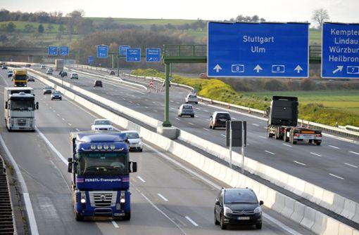 Autofahrer wechselt über Grünstreifen die Autobahn