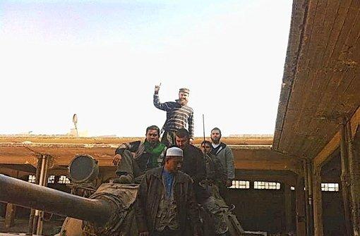"""Auf dem Handy eines gefangenen Dschihadisten aus Deutschland fanden Aufständische dieses Bild: Es zeigt den Schleuser """"Mohammed"""" (Mitte, Zweiter von links) mit dem Salafistenprediger Sven Lau aus Mönchengladbach(hinten) –  der Wasserturm im Hintergrund zeigt, dass das Foto in Harithan bei Aleppo aufgenommen wurde Foto: privat"""