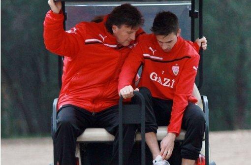 Martin Harnik (re.) zeigt im Trainingslager des VfB Stuttgart in Belek Physiotherapeut Gerhard Wörn sein Fußgelenk Foto: Pressefoto Baumann
