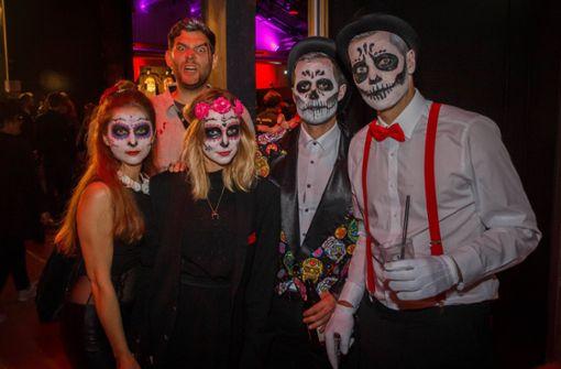 Stuttgarter feiern Tag der Toten in den Wagenhallen