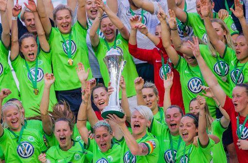 Frauen des VfL Wolfsburg holen Pokal