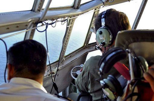 Mitglieder der argentinischen Luftwaffe suchen im Südatlantik (Argentinien) nach dem verschollenen U-Boot. Foto: Argentine Navy/dpa