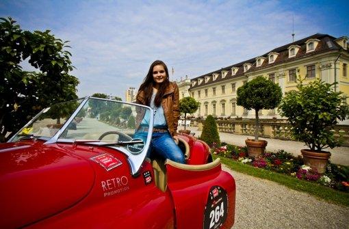 Schloss, junge Frau, Jaguar-Sportwagen – ein schönes Trio. Foto: Peter-Michael Petsch