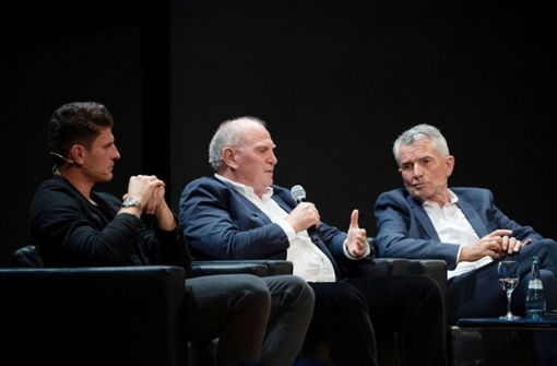 """Uli Hoeneß (Mitte) und Wolfgang Dietrich haben sich bei der Veranstaltung """"StN Foyer"""" gegen Montagsspiele ausgesprochen. Foto: dpa"""