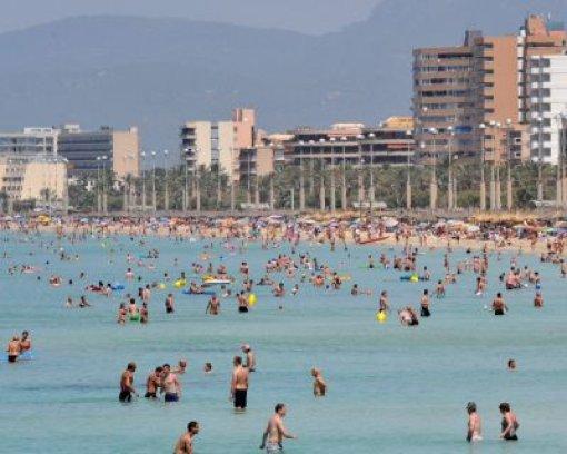 bSpanien/b: Der Deutschen liebste Insel ist Mallorca. Warum nur zum Urlaub machen auf die Balearen? Die Jahresdurchschnittstemperatur liegt tagsüber bei 21 Grad, die Sonne scheint an 300 Tagen, man spricht deutsch und als Malle-Auswanderer könnte man endlich den Sangria das ganze Jahr aus überdimensionierten Strohhalmen trinken. Angst vor neoliberalen Kahlschlag braucht der Auswanderer auch nicht haben. Mit Jose Zapatero wird Spanien von einem echten Sozialisten regiert. Foto: dpa