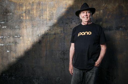 Hier trägt Neil Young noch stolz ein T-Shirt mit Werbung für seinen gescheiterten MP3- und iTunes-Killer namens Pono.  Foto: AP
