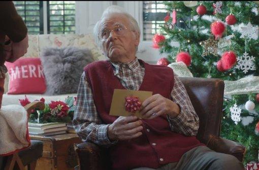 Achtung, Spoiler: in diesem Umschlag steckt ein Pornogutschein. Ja, auch im angelsächsischen Sprachraum werden Parodien auf anrührende Werbespots zur Weihnachtszeit gedreht ... Foto: Pornhub bei Youtube (Screenshot)