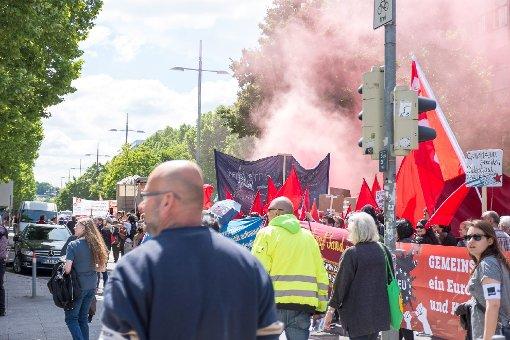 Unbekannte haben während der Blockupy-Demo in Stuttgart eine Rauchbombe gezündet. Foto: www.7aktuell.de | Florian Gerlach